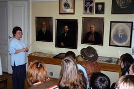 Андреева и студенты в музее предпренимательства