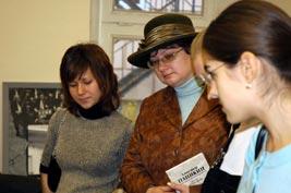 Андреева и студенты в музее предпринимательства